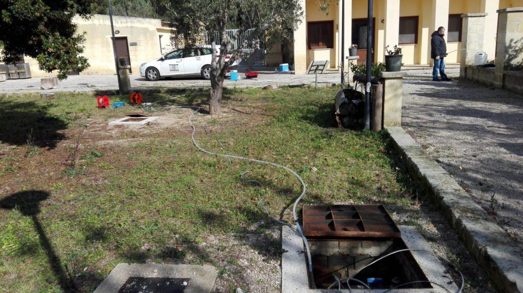 """Attività di campionamento presso i piezometri posizionati nel cortile della Masseria """"Le Cesine"""", Centro Visite dell'Oasi"""